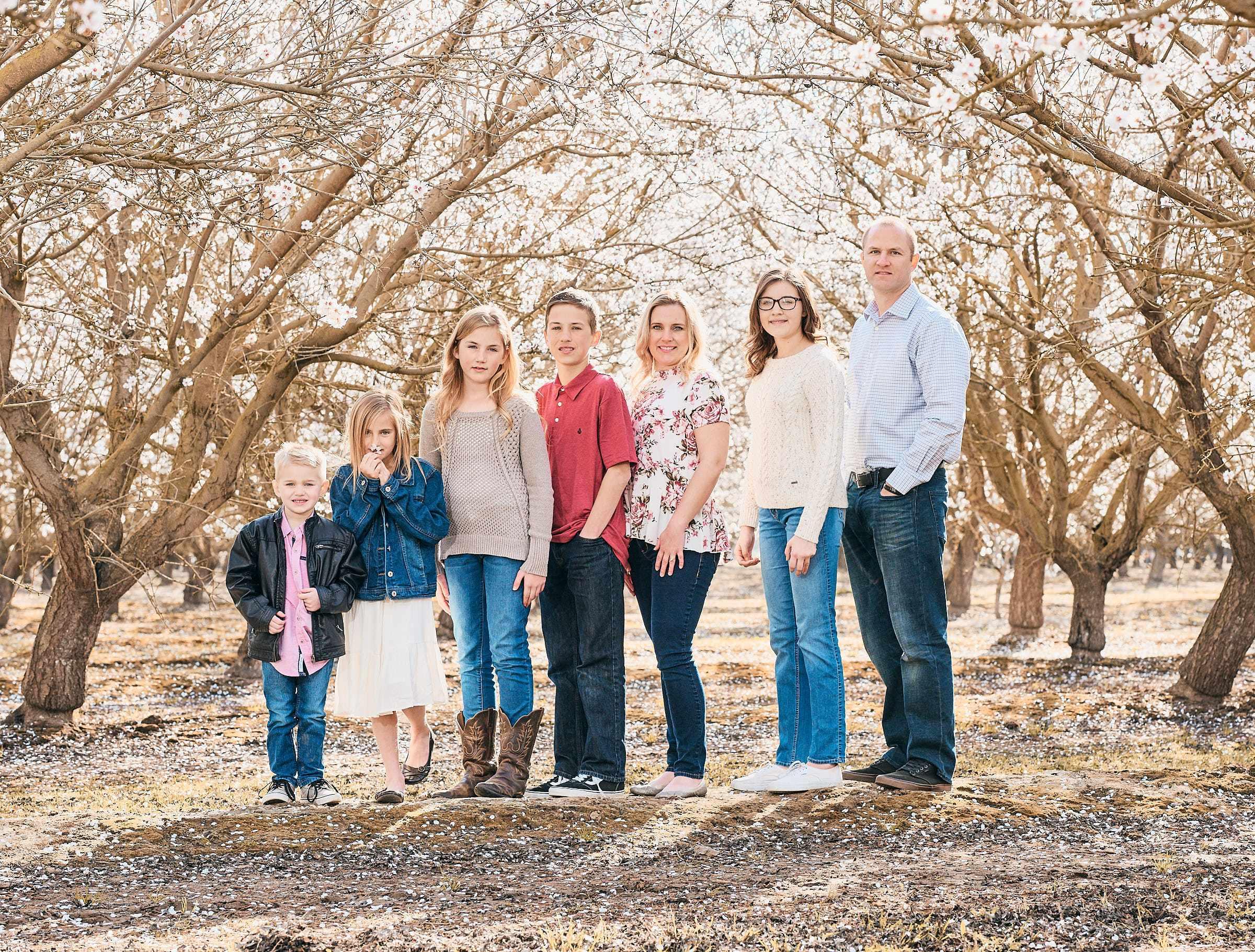 Large Family Of 8 Photos At A Farm Location Bay Area